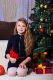 Härlig Caucasian vit-haired flicka som poserar nära spisen, julen och lynnet för nytt år fotografering för bildbyråer