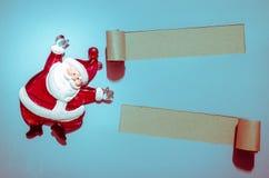 Härlig celebratory julbakgrund Nytt års ferier lycklig flicka med loppfallet Härligt julpynt på papperet Royaltyfria Foton