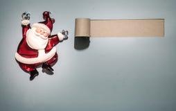Härlig celebratory julbakgrund Nytt års ferier lycklig flicka med loppfallet Härligt julpynt på papperet Arkivfoton