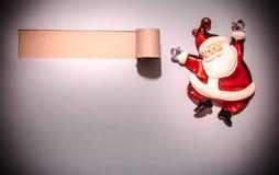 Härlig celebratory julbakgrund Nytt års ferier lycklig flicka med loppfallet Härligt julpynt på papperet Arkivfoto