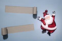Härlig celebratory julbakgrund Nytt års ferier lycklig flicka med loppfallet Härligt julpynt på papperet Fotografering för Bildbyråer