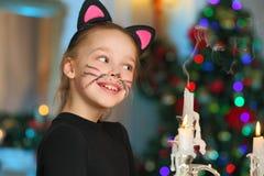 Härlig charma nätt blond barn-flicka på bakgrunden av ett träd för nytt år arkivfoto
