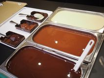 härlig chokladflytande för abstrakt bakgrund Arkivfoton