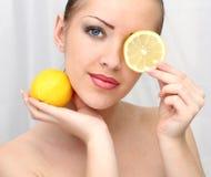 härlig citronkvinna Fotografering för Bildbyråer