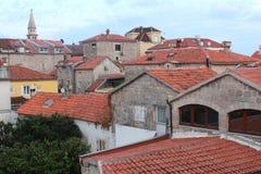 Härlig cityscape av den gamla staden av Budva med röda belade med tegel tak, Montenegro royaltyfria bilder