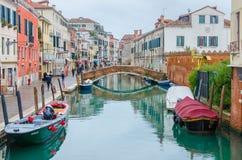 Härlig cityscape i Venedig under regn Arkivbild