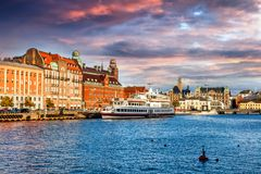 Härlig cityscape, Malmo Sverige, kanal royaltyfri fotografi