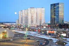 Härlig cityscape med det stads- centret av Minsk, Vitryssland Natthimmel med stor lune Stads- landskapväg fotografering för bildbyråer