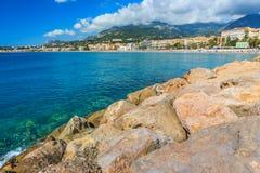 Härlig cityscape och strand, Menton, Azur Coast, Frankrike, Europa royaltyfri bild