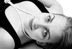 härlig closepärlastående upp kvinna Arkivfoto