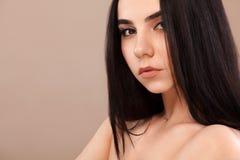 härlig closeupståendekvinna Nätt framsida av den unga vuxna flickan posera studio för modemodell cosmetology royaltyfri fotografi