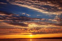härlig cloudscape över havet Arkivfoto