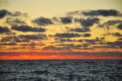 härlig cloudscape över havet Arkivbild