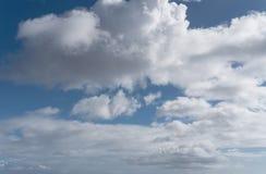 Härlig cloudscape i bakgrund för blå himmel Royaltyfria Foton
