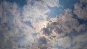 Härlig cloudscape med stora byggande moln och soluppgång som bryter till och med molnmass stock video