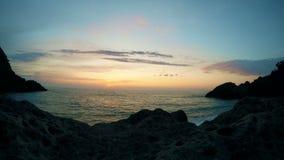 Härlig cloudscape och solnedgång som bryter till och med molnet över havsreflexionen, tidschackningsperiod över vatten lager videofilmer