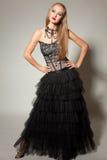 härlig coctailklänningflicka som ser upp Royaltyfri Foto