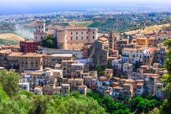 Härlig Corigliano Calabro by, Calabria, Italien arkivfoto