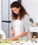 härlig cutting henne lunchgrönsakkvinna royaltyfri foto