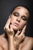 Härlig cyberflicka med linjär svart makeup royaltyfri foto