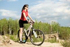 härlig cyklistkvinna Arkivfoton