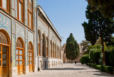 Härlig cypressträdgård runt om Qajar den dinasty slotten Golestan Arkivfoto