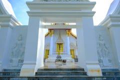 Härlig dörr av den offentliga forntida gamla vita viharakorridorBuddha i den Trirattanaram templet Royaltyfria Foton