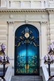 Härlig dörr i storslagen slott Royaltyfri Foto