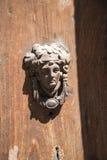 Härlig dörrknackare på en forntida dörr i Rome Italien arkivbild