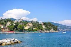 Härlig dagsljussikt till den Santa Margherita Ligure staden och blått vatten Arkivbilder