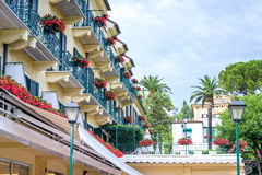 Härlig dagsljussikt till hotellbalkonger i Santa Margherita Ligure Arkivfoto