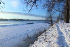 härlig dagvinter Snö på banken av floden Royaltyfri Fotografi