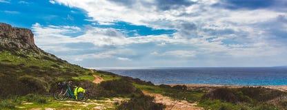 Härlig dal vid havet Slinga som leder längs kustseascapen i Cypern Ayia Napa royaltyfria bilder
