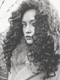 Härlig dam för mode i höstlandskap arkivbilder