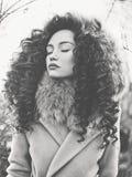 Härlig dam för mode i höstlandskap royaltyfria bilder