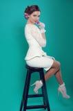 Härlig dam i den vita klänningen på turkosbakgrund Arkivbilder