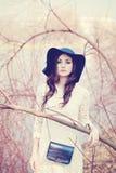 Härlig dam i en hatt i vår utomhus kvinna Royaltyfri Fotografi