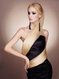 Härlig dam i klänning från långt hår Arkivbilder