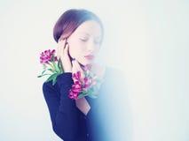 Härlig dam med blommor Royaltyfri Fotografi