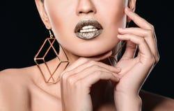 H?rlig dam med guld- l?ppstift p? svart bakgrund fotografering för bildbyråer