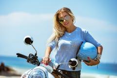 Härlig dam med hjälmen och sparkcykeln royaltyfri bild