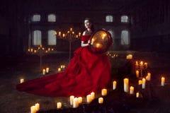 Härlig dam med stearinljus Royaltyfri Bild