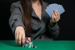 Härlig dam som spelar blackjacken i kasino royaltyfri bild