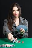 Härlig dam som spelar blackjacken i kasino arkivbilder