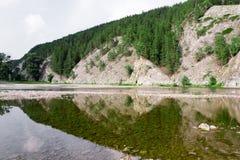 Härlig damreflexion av berg Arkivfoto