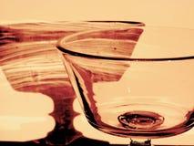 Härlig danandeskugga för crystal exponeringsglas på väggen på solnedgången i sepiafärg Royaltyfria Foton