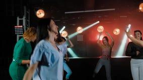 Härlig dans för unga kvinnor i nattklubb lager videofilmer