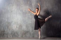 härlig dansare för balett arkivbilder