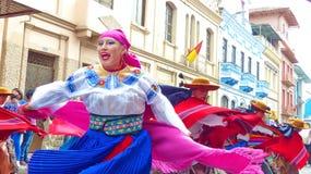 Härlig dansare för ung kvinna i färgrik folk dräkt ecuador arkivfoto