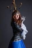 Härlig dansare med kandelaber på hennes huvud Arkivbilder